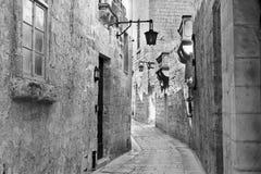 Gata med traditionella maltese byggnader i Mdina Royaltyfria Bilder