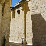 Gata med traditionella maltese byggnader i Mdina Royaltyfri Foto