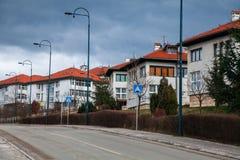Gata nära vägen med trevliga vita hus Royaltyfria Foton