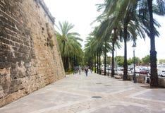 Gata och gamla byggnader i det historiska centret av Palma Mallorca, Spanien 30 06 2017 Arkivbild