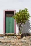 Gata och gamla portugisiska koloniinvånarehus i historiskt centrum I fotografering för bildbyråer