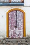 Gata och gamla portugisiska koloniinvånarehus i historiskt centrum I royaltyfri fotografi