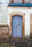 Gata och gamla portugisiska koloniinvånarehus i historiskt centrum I royaltyfri foto