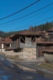 Gata och hus i den gamla staden av Koprivshtitsa, Bulgarien Arkivbild