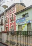 Gata och hus i Otavalo Ecuador Royaltyfri Fotografi