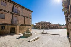 Gata och huvudsaklig fyrkant i den Penaranda de Duero byn royaltyfria bilder