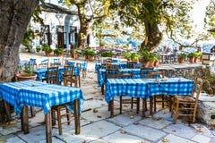 Gata- och kafésikt på den Makrinitsa byn av Pelion, Grekland Fotografering för Bildbyråer