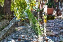 Gata- och kafésikt på den Makrinitsa byn av Pelion, Grekland Royaltyfria Bilder