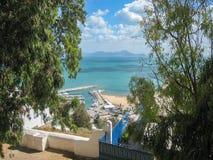 Gata och kaj i Tunisien i klart väder Juli 2013 Royaltyfri Bild