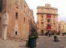 Gata- och klassikerbyggnader i Valleta, Malta Royaltyfri Foto