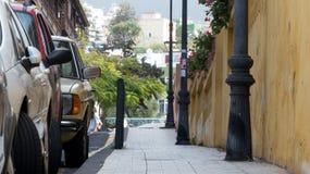 Gata och trottoar parkerade bilar Inget i gatan fotografering för bildbyråer