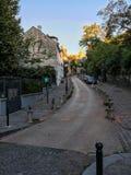 Gata på Montmartre i Paris, Sacre Coeur i avstånd Arkivbilder