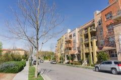 Gata på telekommunikationkullen, bostads- multifamily byggnader på sidan av vägen; San Jose Kalifornien arkivbilder