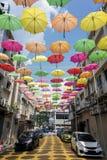 Gata som dekoreras med kulöra paraplyer Petaling Jaya, Malaysia fotografering för bildbyråer