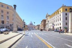 Gata som leder till fyrkanten av St Peter rome Royaltyfri Bild