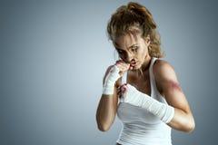 gata taekwondo som för krigs- för män för ben för knä för kickboxer för kick för konstkämpekarate kickboxing muay klar s mma är t royaltyfri foto