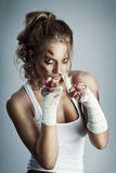 gata taekwondo som för krigs- för män för ben för knä för kickboxer för kick för konstkämpekarate kickboxing muay klar s mma är t royaltyfria bilder