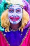 Gataaktör som kläs som den Madri Gras clownen arkivbild