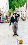 Gataaktörer i bilden av Charlie Chaplin i gatorna av Budva Arkivbild