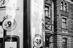 Gataannonseringaffischtavla i Riga Arkivfoto