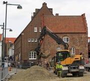 Gataarbetare rekonstruerar en av fyrkanter i Lund, Sverige Royaltyfri Bild