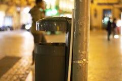Gataaskfat i Urban-degraderad natt royaltyfria bilder