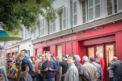 Gataatmosfär på det berömda stället du Tertre i Montmartre arkivfoton