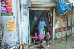 Gataatmosfären i Varanasi Arkivfoton