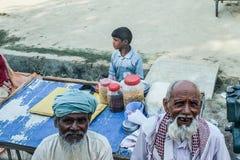 Gataatmosfären i Varanasi Royaltyfria Foton