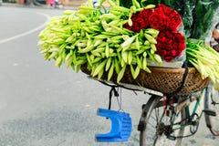 Gatablommaförsäljaren i Hanoi Royaltyfria Foton