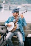 GataBusker som utför jazzsånger på Charles Bridge i Pra Royaltyfri Fotografi