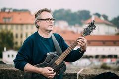 GataBusker som utför jazzsånger på Charles Bridge i Pra Royaltyfria Foton