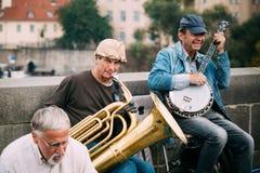 GataBusker som utför jazzsånger på Charles Bridge i Prague Arkivfoton