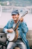 GataBusker som utför jazzsånger på Charles Bridge i Prague Royaltyfri Foto