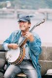 GataBusker som utför jazzsånger på Charlesen Fotografering för Bildbyråer