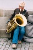 GataBusker som utför jazzsånger på Charlesen Royaltyfri Fotografi