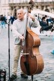 GataBusker som utför jazzsånger på den gamla stadfyrkanten i Prague Royaltyfri Bild