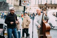 GataBusker som utför jazzsånger på det gammalt Arkivbilder