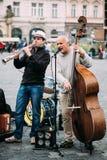 GataBusker som utför jazzsånger på det gammalt Royaltyfri Foto