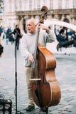 GataBusker som utför jazzsånger på det gammalt Royaltyfria Bilder