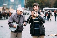 GataBusker som utför jazzsånger på det gammalt Arkivbild