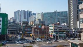 Gatabyggnader och trafik i Seoul royaltyfria bilder