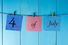 Gataclownen hälsar folk Juli 4th Bild av den juli 4 kalendern på blå bakgrund field treen Tomt avstånd för text Royaltyfri Bild