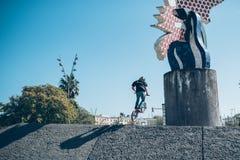 Gatacyklist med en praktiserande fri stil för cykel och banhoppning på t Royaltyfri Fotografi