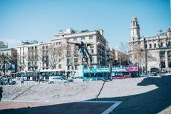 Gatacyklist med en praktiserande fri stil för cykel och banhoppning på t Arkivbilder