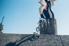 Gatacyklist med en praktiserande fri stil för cykel och banhoppning på t Arkivfoto