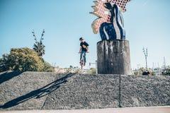 Gatacyklist med en praktiserande fri stil för cykel och banhoppning på t Royaltyfria Bilder