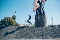 Gatacyklist med en praktiserande fri stil för cykel och banhoppning på t Royaltyfri Foto