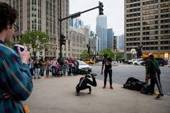 Gatadans i Chicago Dansare i mitt av Chicago fotografering för bildbyråer