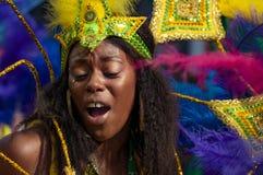 Gatadansaren har gyckel på den London's Notting Hill karnevalet Royaltyfria Foton